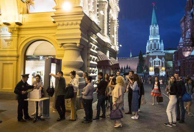 9月13日,游客在俄罗斯首都莫斯科红场接受安检。( 新华社/美联)