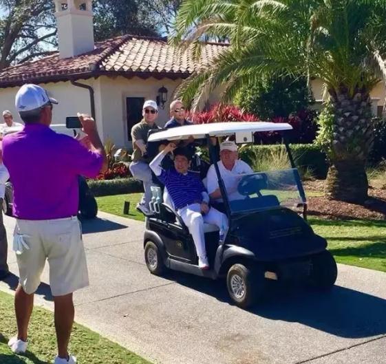 """今年2月,安倍曾与特朗普有过""""高尔夫会晤"""""""