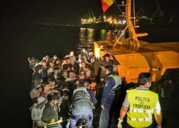 罗马尼亚海岸卫队将难民船拖往米迪亚港。(图片来源:美联社)