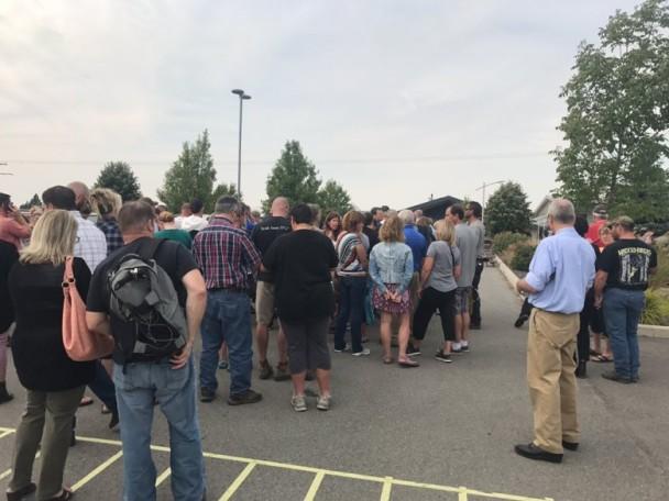 大批家长到现场了解情况华帝意顿专卖店。