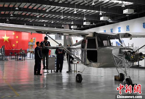 資料圖:福建野馬飛機製造有限公司工人正在車間裝配飛機部件。 中新社記者 張斌 攝