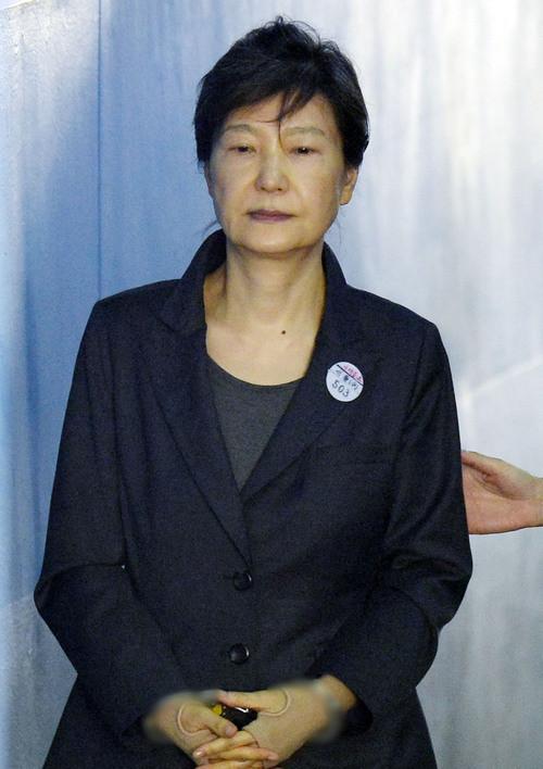 14日上午,朴槿惠现身法庭脸色难看