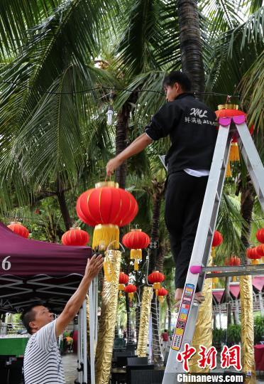 9月14日,三亚大东海景区海滩边的海鲜排档拆除部分设施防范台风来袭。 尹海明 摄