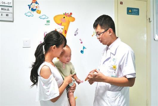 <b>亿健正合专卖店</b>昨日来武汉儿童医院复查,妈妈抱着女儿向邓文月医生致谢。楚天都市报 图