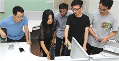 徐文渊教授和她的研究团队发现语音助手存在安全漏洞。图片来源:新京报