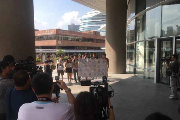 """图为部分所谓支持""""港独""""的香港理工大学生抗议校方撕下海报。(图片来源:香港01网站)"""