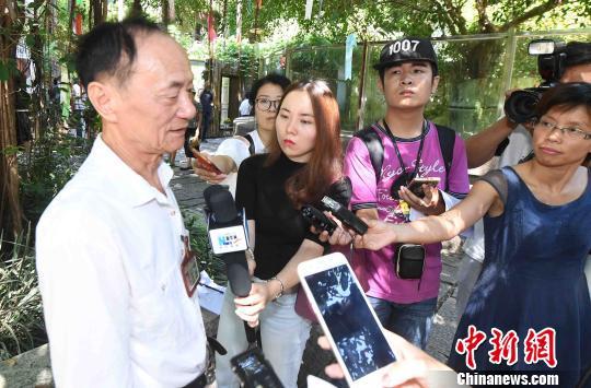 """海峡(福州)大熊猫研究交流中心主任陈玉村介绍了""""巴斯""""传奇的一生和她最后的时光。 刘可耕 摄"""