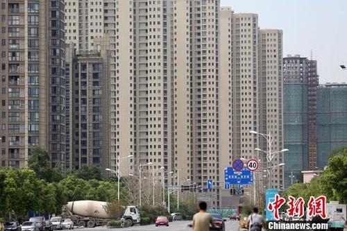 图为8月18日拍摄的南京河西地区一处楼盘。中新社记者 泱波 摄