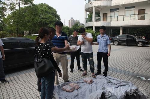 △警方将本案犯罪嫌疑人押解回镇江。警方供图