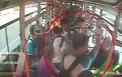 视频截图:青岛男子嫌让座慢脚踹掌掴学生。图片来源:青岛市公安局市北分局官方微博