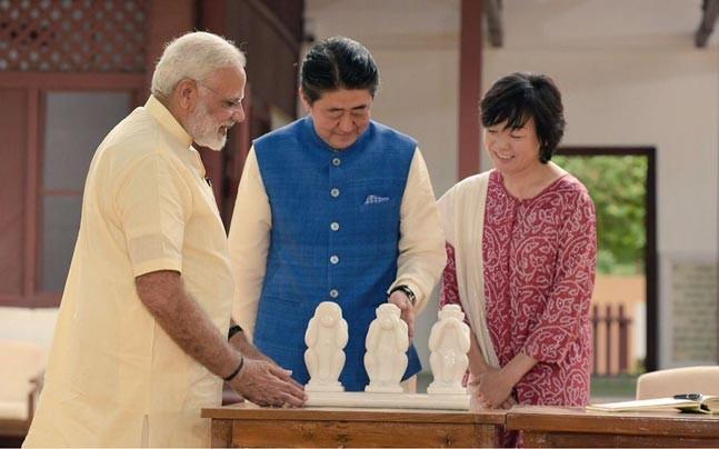 """莫迪赠安倍""""三不猴""""。(图片来源:今日印度)"""