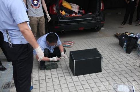 △警方抓捕张某后,在他所驾驶的汽车后备箱中找到了一个音箱,这个音箱里居然暗藏着约 8 公斤冰毒。 警方供图