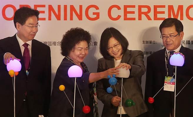 """台湾地区领导人蔡英文在高雄出席典礼(图片来源:""""中时电子报"""")"""
