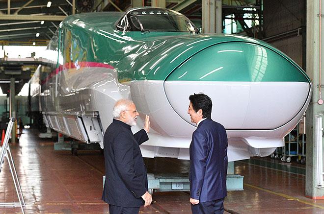去年11月印度总理莫迪亲自造访新干线列车生产车间,安倍陪同