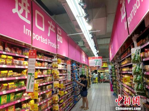 大众在超市购物。中新网记者 李金磊 摄