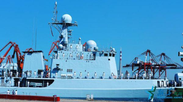 图为9月13日,中国水师石家庄舰从青岛军港动身。
