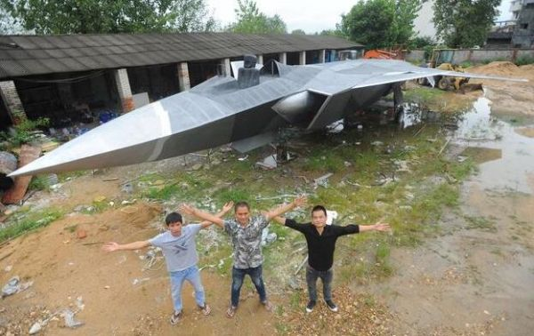 资料图:歼-20模型和三位建造者。