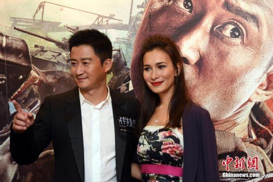 9月6日晚,《战狼Ⅱ》导演及演员吴京(左)率女主角卢靖姗(右)出席影戏在香港的首映礼。中新社记者 谭达明 摄