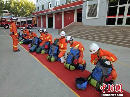 图为库车县公安消防年夜队消防官兵对东西停止了片面检讨。 库车县公安消防年夜队供给 摄