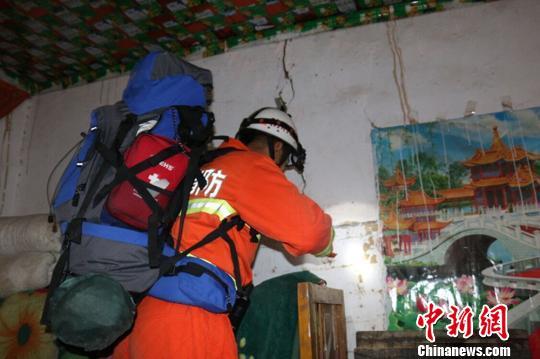 图为消防官兵检讨屋宇裂痕。 阿克苏地域消防支队供给 摄