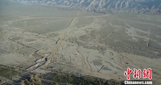 图为无人机拍摄的┞佛区全貌,震区火食稀疏。 阿克苏地域消防支队供给 摄