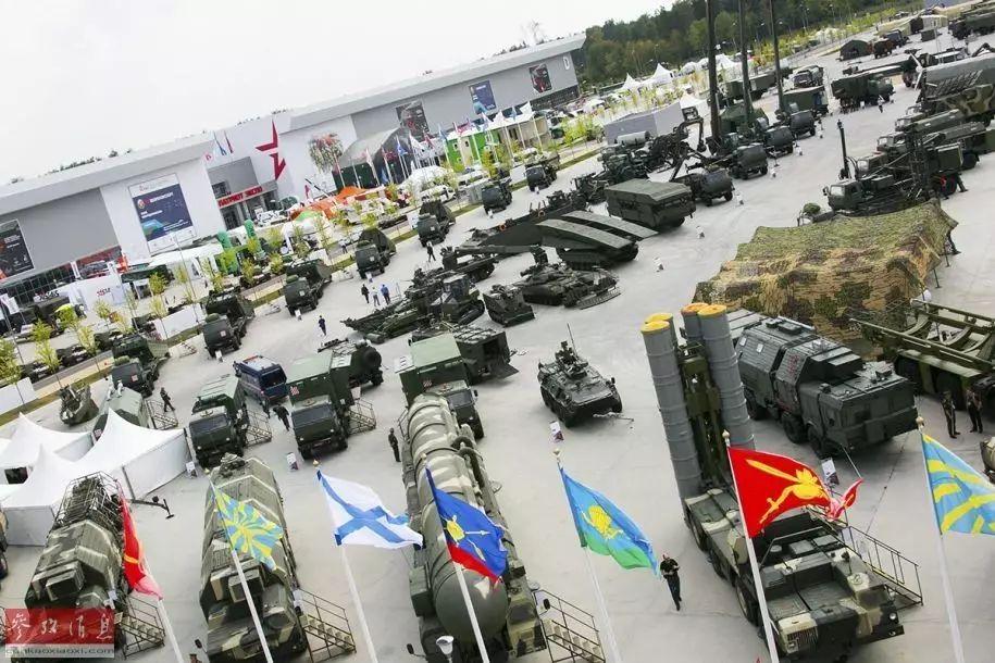 """▲近日,在俄国防部举办的""""军队-2017""""国际军事技术论坛上,俄军展出了包括T-14""""阿玛塔""""主战坦克在内的多种新型武器装备。"""
