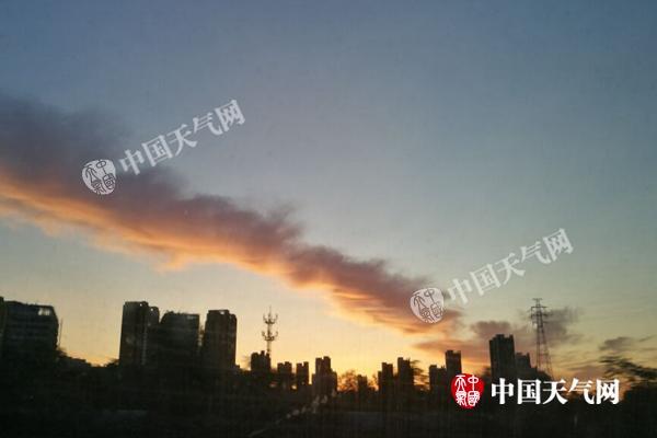今晨,北京现余晖。张辉 摄