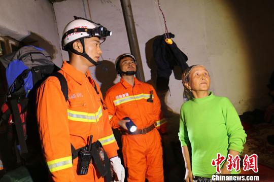图为消防职员连夜排查村平易近屋宇。 阿克苏地域消防支队供给 摄