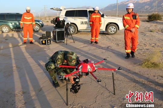 图为阿克苏地域消防支队全勤批示部携带无人机筹备航拍┞佛区全貌。 阿克苏地域消防支队供给 摄