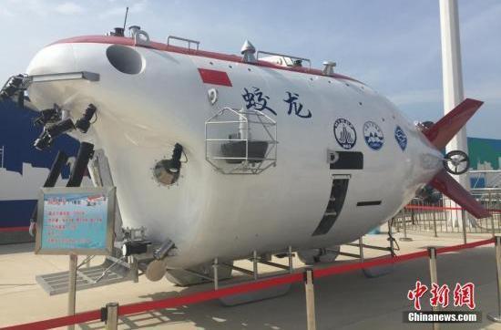 """6月23日,""""蛟龙""""号1:1模型在国家深海基地码头展出。 中新网 图"""