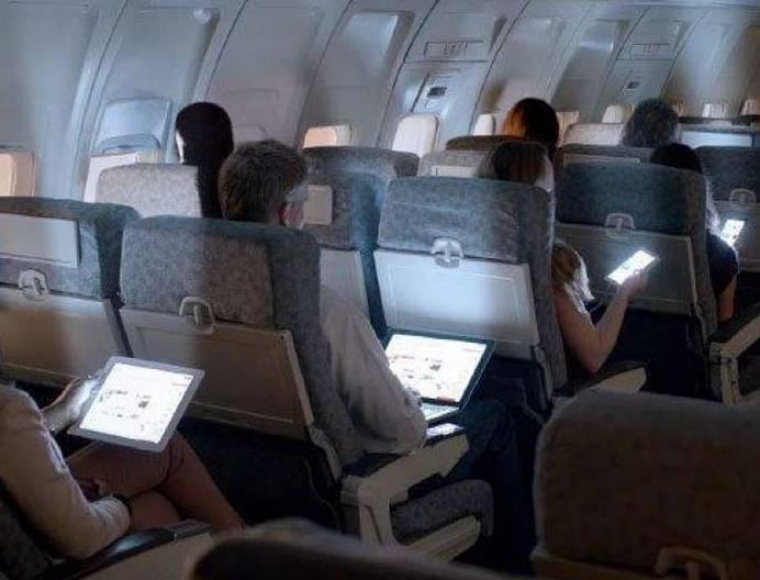 中国民航局将放开在飞机上使用手机等便携式电子设备.