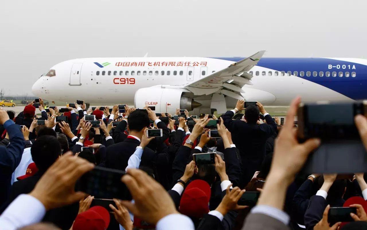 5月5日,中国首款国际主流水准的干线客机C919在上海浦东国际机场首飞乐成。