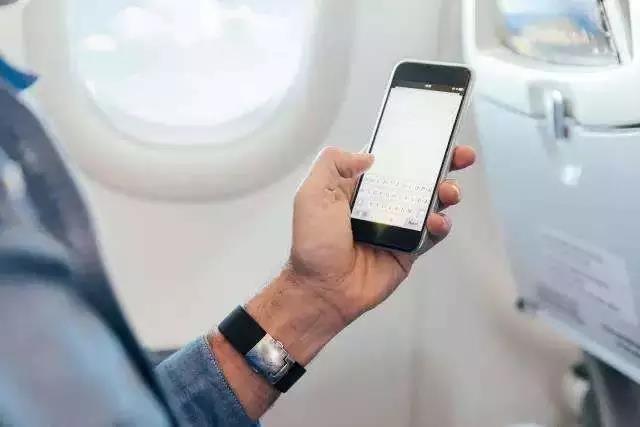 多位业内人士指出,此次国内放开机上手机使用,很有可能会参照国外公司的做法,即在巡航过程中需在飞行模式下使用手机。 据记者了解,《大型飞机公共航空运输承运人运行合格审定规则》第五次修订版将在今年10月起生效,但并不意味着到10月,旅客就可以立即使用手机。因为各家航空公司将根据第五版修订版的各项规定,重新更新修订公司手册,完成民航局的评估,并向局方提交申请,得到批准后才可以放开。 此外,一位航空公司内部人士对记者透露,放开机上手机使用,对相关流程、技术都是有要求的。例如,飞机必须经过电磁兼容测试。 第一财经