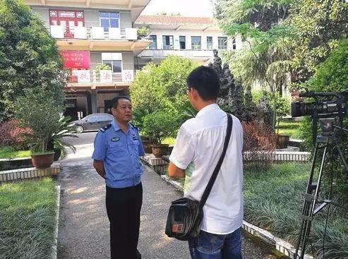 9月14日,刑侦大队侦查员接受电视台采访,介绍区公安局成功侦破特大电信诈骗案情况。鼎城警事 图