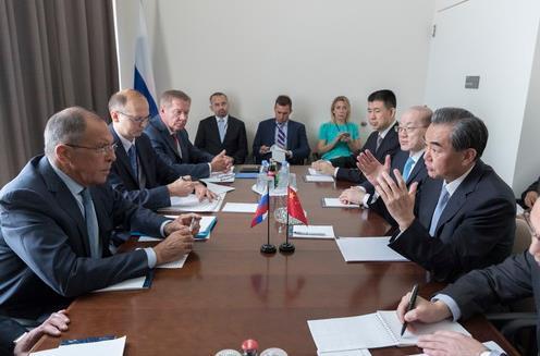 外地时光2017年9月18日,交际部长王毅在纽约缺席结合国年夜会时期会面俄罗斯外长拉夫罗夫。