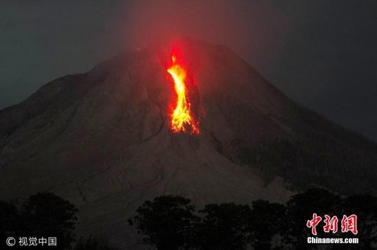 资料图片:印尼一火山喷发,火光冲天,点亮星空。图片泉源:视觉中国