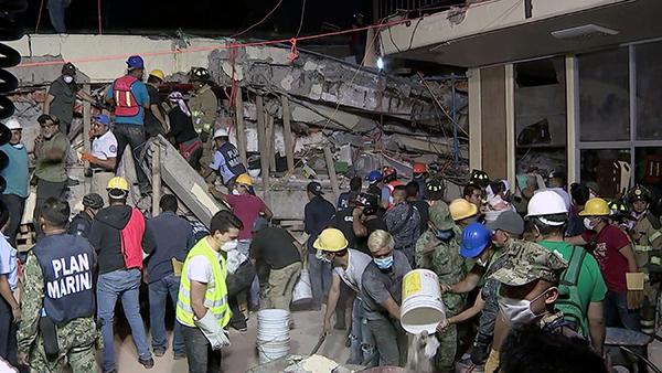 墨西哥地震:医生从裂缝爬进楼却无法把遗体带出