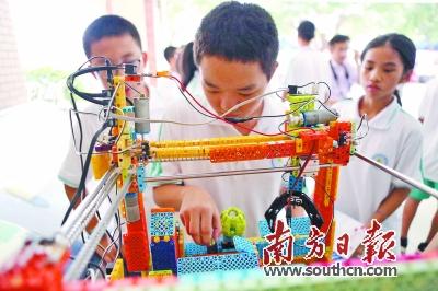 模型飞机拉烟等精彩表演,将观众的目光吸引到高空,引起了学生的阵阵欢