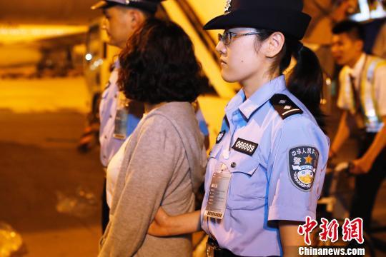 9月19日晚,闵某搭乘东航MU588次航班抵上海。 殷立勤 摄