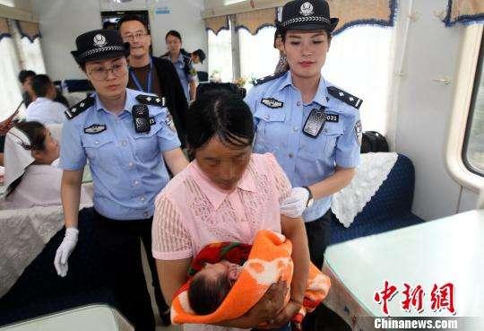 ↑犯罪嫌疑人李某某被抓获 周延民 摄