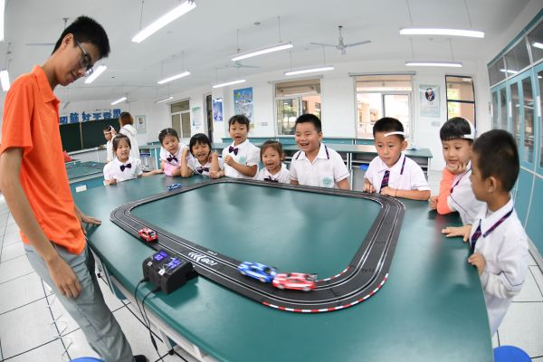 资料图片:9月1日,安徽省合肥市西岳路小学一年级新生体验用大脑意念控制赛车行驶。新华社发