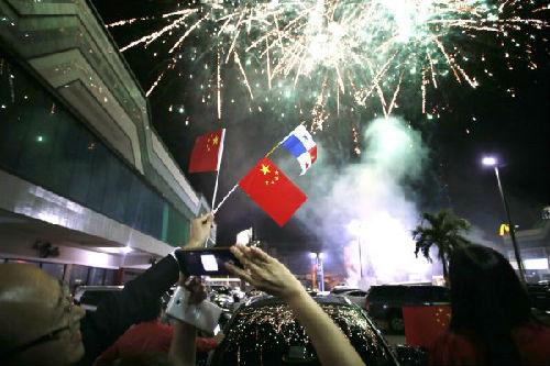 2017年6月12日,在巴拿马首都巴拿马城的华人社区,人们在巴拿马与中国建交的庆祝活动上拍摄烟花。 新华社发