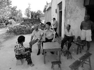 陈一岭深入辖区,与群众贴心交流 大丰警方供图