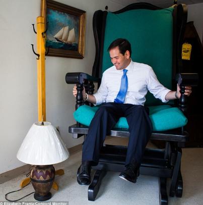 图为卢比奥坐在一张巨大的木椅上。