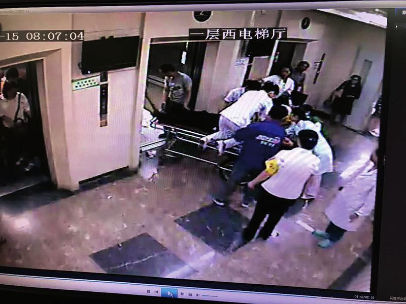 西安男子就诊时吐血不止 护士跳上手推车紧急施救