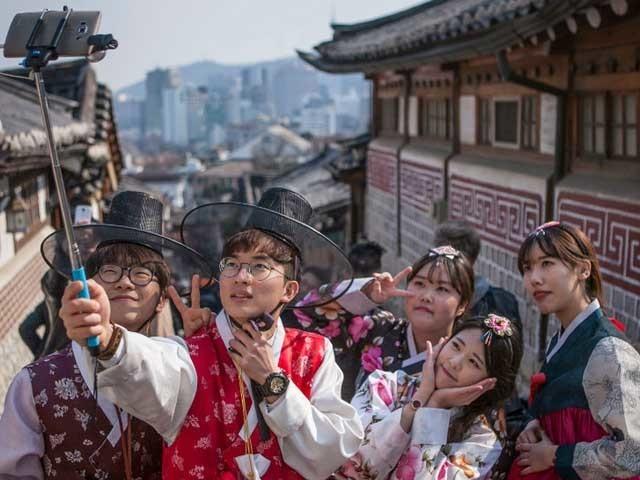 身着韩国传统衣饰的游客