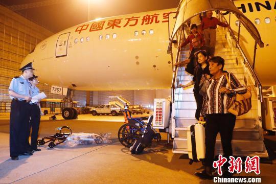 9月19日晚,闵某搭乘东航MU588次航班抵达上海,民警在飞机等候闵某下机。 殷立勤 摄