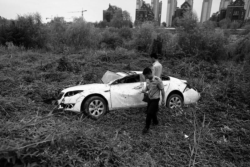 西安一辆轿车失控冲到浐河滩 车辆变形司机无大碍