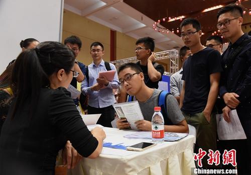 资料图:求职者竞争优质岗位。中新社记者 周毅 摄