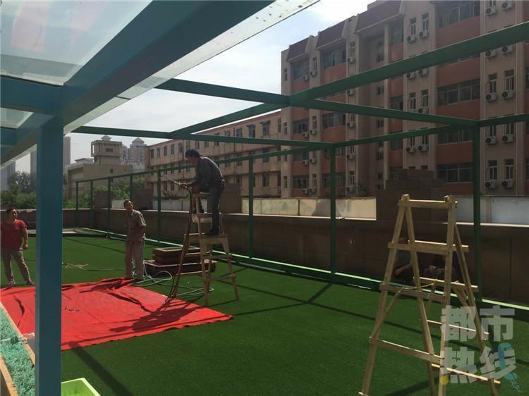 西安雁塔区一幼儿园楼顶违建 相关部门强制拆除